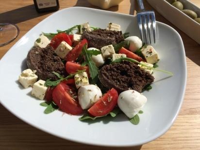 Paximadi mit Johannesbrotkernmehl gebacken auf Salat
